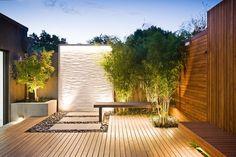 kleiner Hinterhof mit moderner Gestaltung und schöner Beleuchtung