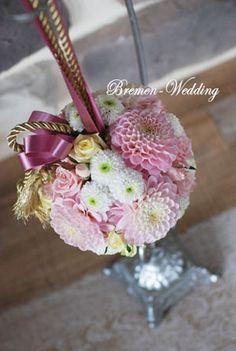 和装ボールブーケ | フラワーアレンジメントのデザイン集 Wedding Bouquets, Wedding Flowers, Ball Decorations, Flower Ball, Flower Arrangements, Glass Vase, Bridal, Kaori, Christmas