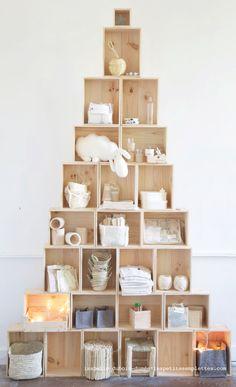 Idée de Noël chez les petites emplettes par isabelle dubois-dumée : le sapin caissons en décembre se transforme en étagères caissons en janvier, en table basse caissons en février, etc ! http://www.lespetitesemplettes.com/