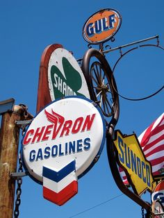 Old vintage gas station signs Old Gas Pumps, Vintage Gas Pumps, Vintage Advertising Signs, Vintage Advertisements, Pompe A Essence, Gas Service, Vintage Neon Signs, Car Signs, Old Gas Stations