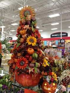 Thanksgiving Tree, Thanksgiving Decorations, Christmas Tree Decorations, Holiday Decorations, Christmas Trees, Fall Floral Arrangements, Pumpkin Arrangements, Autumn Display, Pumpkin Centerpieces