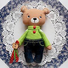 """Пока новые куклы и игрушки в процессе, покажу из готового последнего)) """"Карманный"""" Мишка.  Ростиком 12 см. Ручки подвижны)  Очень любит яблоки  и хорошую компанию!))  Продается.  Контакты ☝"""