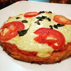 Pizza Low Carb (insta @dilowcarb). Massa: 2 ovos batidos no liquidificador com 80g de mussarela. Asse em forma untada com azeite por 20min. Usei para recheio o molho de tomate caseiro, mussarela, tomate e manjericão.