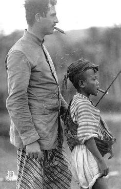 Adriaan Rudolph Willem (A.R.W) Kerkhoven bersama seorang anak Pribumi di Nagrak, Sukabumi, Jawa-Barat, 1920-1930. Pernah menjabat  sebagai Komisaris Utama di Perkebunan Malabar, Pangalengan, Kabupaten Bandung. ARW Kerkhoven menikah dengan Constanze Pauline Marie Bosscha (1885-1961). Constanze adalah keponakan K.AR. Bosscha, pemilik perkebunan teh Malabar.