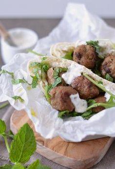 Pitabroodjes met kruidige gehaktballetjes een heerlijk en snel gerecht. Het kruidige van de gehaktballetjes gaat perfect samen met lekkere, luchtige pitabroodjes, rucola en een dotje knoflooksaus. Met een half uurtje staan deze goed gevulde pitabroodjes bij jou op tafel. (Recept via BRON)
