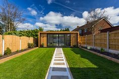 The UK's original garden room company - Green Retreats. 'The Edge' by Green Retreats can be built in sizes from x with prices from Backyard Office, Backyard Garden Design, Garden Office, Outdoor Office, Garden Lodge, Garden Cabins, Guest House Shed, Guest Houses, Gym Shed
