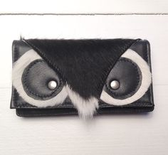 Portemonnee in koeienhuid met uil. Label TUTTINERO. OWL wallet in cowskin with black leather. #owl #wallet #black #cowskin