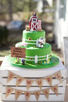How cute are the details on this #farm themed #birthday #cake? #party