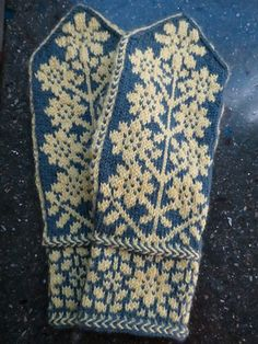 Helianthus Mittenus, original pattern by Pamela Schwab (this version by gem), available on Ravelry. Check out the matching tam, Helianthus Capitus, also on Ravelry. Knitted Mittens Pattern, Crochet Mittens, Fingerless Mittens, Knitted Gloves, Knitting Patterns, Knit Crochet, Fair Isle Knitting, Hand Knitting, Norwegian Knitting