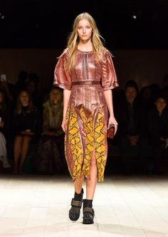 Get inspired and discover Burberry trunkshow! Shop the latest Burberry collection at Moda Operandi. Catwalk Fashion, Big Fashion, Fashion Looks, Womens Fashion, Fashion Styles, Fashion Brands, Vogue Paris, Flattering Dresses, African Fashion