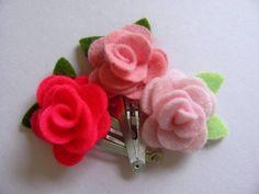 Conjunto de tres presilhas/tictac com rosa de feltro  disponíveis em varias opções de cores a escolher:     branca, rosa-bebê, rosa, pink, vermelho, bordô, bege, amarelo.  (basta citar as cores no momento de seu pedido)    tamanho aproximado da rosinha: 3cm  comprimento do tic-tac: 4,5cm R$12,00