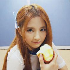 "@gu9udan: ""#뮤직뱅크 대기실 미공개컷! 사과 먹는 #샐리 공주! 알고 보니 인어공주가 아닌 백설공주~?! "" Unreleased cuts from Music Bank waiting room! Princess Sally eating an apple! Come to think of it she's not the Little Mermaid but Snow White!? Trans. cr: fyeah-gugudan"