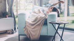 Een middagdutje is gezond. Wegdromen is bijkomen, mits je je schoonheidsslaapje op de juiste manier tot stand brengt. Een goed tukje werkt verfrissend en verkwikkend en hoeft helemaal niet lang te duren. Van koffiekop tot snoozeknop: zo maak je optimaal gebruik van je powernap.