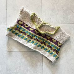 Et voilà la partie tricot terminée de la petite robe Eve C. De @bertheetvictorine  J'ai pris quelques libertés par rapport au patron avec des bordures en icord et... un peu moins de jacquard  Y a plus qu'à coudre ! #tricot #knitting #knittersofinstagram #knitinstagram #knitstagram #knittinglove #tricotaddict #instatricot #instaknitting by ambyon