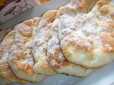 Candva, la fiecare colt de strada erau gogoseriile acele in chioscuri de tabla care faceau niste gogosi mari, strasnic de buni, prajiti intr-o friteoza imensa si pudrati cu mult zahar.    Aceste gososi sunt foarte bune calde, No Cook Desserts, Sweets Recipes, Cake Recipes, Cooking Recipes, Romanian Desserts, Romanian Food, Apple Pancake Recipe, Pastry And Bakery, Sweet Cakes