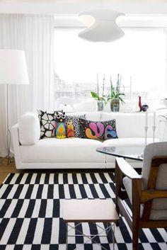 "All white decor + black and white striped rug + colourful owl pillows = oh yes. Via Jennys Hus: ""Fredagsinspiration"" by melisa White Sofa Design, White Interior Design, Interior Ideas, Home Living Room, Living Room Designs, Living Room Decor, Easy Home Decor, Home Decor Trends, Scandinavian Home"