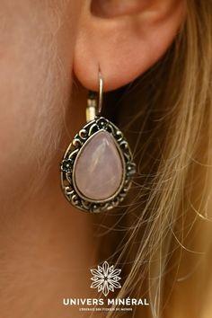 Ces boucles d'oreilles se composent de deux gouttes de quartz rose naturel du Brésil serties. La Compassion, Argent Antique, Quartz Rose, Plaque, Drop Earrings, Jewelry, Drop Earring, Boucle D'oreille, Stone