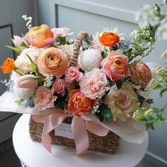 내일은 예약 여유있는데 목요일 심하게 많아용..! 예약 안하시면 못해드릴 수 있습니다 ㅠㅠ.. Basket Flower Arrangements, Floral Arrangements, Wooden Flower Boxes, Arte Floral, Flower Of Life, Flower Basket, Silk Flowers, Flower Designs, Orchids