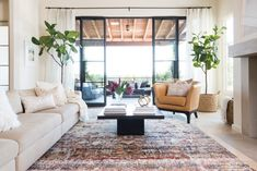 Shabby Chic Area Rugs, Living Room Decor Inspiration, Interior Barn Doors, Online Home Decor Stores, Classic House, Cool Rugs, Home Interior Design, Interior Design Inspiration, Colorful Rugs