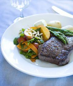 Oksesteak med ferskensalat og kartofler  fra Familie Journals Slankeklub