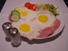 Nederlandse keuken: uitsmijter ham en kaas Het verhaal achter deze naam is dat dit gerecht geserveerd werd door de kroegbaas voor het sluiten van het café en voordat de kroegbaas de laatste gasten er uit moest gooien ; er uit smijten