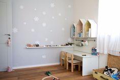 קיר חדר הילדים נצבע באפור וכוסה במדבקות ויניל בצורת פתיתי שלג (צילום: נוית קליין)