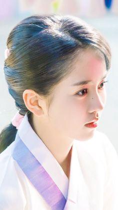 김소현 The Emperor: Owner of the Mask (Hangul: 군주-가면의 주인; RR: Gunju - Gamyeon-ui ju-in; Ruler - Master of the Mask) is South Korean television series. It airs on MBC.