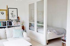 ¿Cómo sectorizar monoambientes y deptos de pocos metros cuadrados? Divisor con vidrio: otra forma de aportar privacidad a la cama sin restar luz.