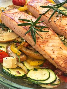 Oven vegetables with salmon - white & black - Lachs im Ofen - Roast Recipes, Shrimp Recipes, Fish Recipes, Chicken Recipes, Healthy Recipes, Cake Recipes, Oven Vegetables, Roasted Vegetables, Gourmet