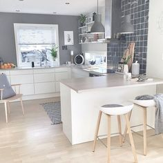 39 Exceptional Ways to Improve and Decorate with a Very Small Kitchen Design. Very Small Kitchen Design Nordic Kitchen, Scandinavian Kitchen, New Kitchen, Kitchen White, Kitchen Small, Cosy Kitchen, Quirky Kitchen, Kitchen Paint, Scandinavian Style