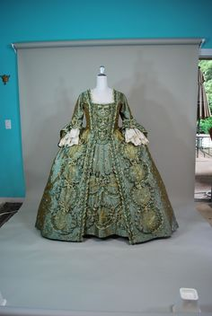 For those who want to know how was this amazing dress constructed.