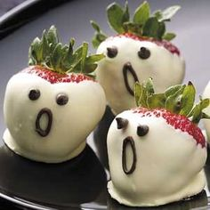 Haunted and healthy Halloween snacks! We found some of the most festive treats to celebrate next week. And be sure to visit our Halloween page for recipes, tips and more. Cute Halloween Food, Halloween Mignon, Hallowen Food, Halloween Goodies, Baby Halloween, Halloween Ghosts, Halloween Chocolate, Halloween Halloween, Halloween Desserts