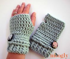 Ups and Downs Crochet Fingerless Gloves Free Crochet Pattern  |  via Crochetrendy
