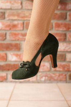 Vintage Shoes - Stylish Dark Evergreen Suede Peeptoe Pumps with D'Orsay Vamp, Sleek Cuban Heels and Bow Accent Size 6 Vintage heels in a dark evergreen suede. These fabulous gems featu Pretty Shoes, Beautiful Shoes, Cute Shoes, Moda Vintage, Vintage Mode, Retro Vintage, Black Women Fashion, Womens Fashion, Emo Fashion