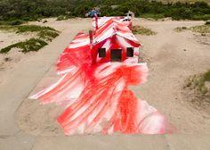 A artista alemã Katharina Grosse transformou uma casa de praia abandonada em uma vibrante instalação artística. Inspire-se com a Rockaway!