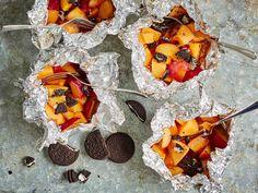 Folioon käärityistä hedelmistä syntyy näppärästi herkullinen jälkiruoka. Rapeina sattumina paketeissa on rouhittuja keksejä.