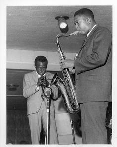 Jazz trumpeter Miles Davis saxophonist John Coltrane perform onstage in 1960 in Chicago Illinois Jazz Artists, Jazz Musicians, Music Artists, Blues Artists, Miles Davis Quintet, Cool Jazz, Education Humor, Jazz Blues, Blues Music