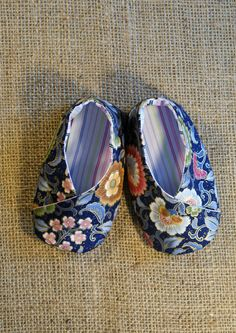 Kimono Baby Shoes - PDF Pattern - Newborn to 18 months. Soft Baby Shoes, Baby Girl Shoes, Girls Shoes, Baby Shoes Pattern, Shoe Pattern, Sewing For Kids, Baby Sewing, Felt Shoes, Toddler Shoes