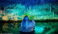 I've been here :-) Crystal Caves, Bermuda. Lake underneath a cave - you can see to the bottom the water is so clear. Bermuda Vacations, Vacation Spots, Places To Travel, Places To See, Dark Places, Beautiful World, Beautiful Places, Amazing Places, Wisconsin
