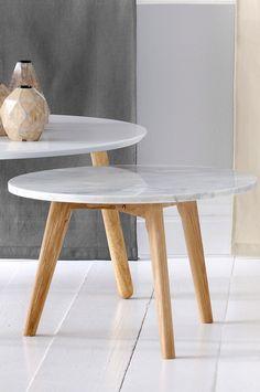 Ellos Home Soffbord Stone med marmorskiva och tre ben av ek.  H 32 cm,  dia 50 cm. Levereras omonterad. <br><br>Underhåll av marmor<br><br>För att ge stenen sitt grundskydd rekommenderas marmorpolish som du hittar i välsorterade färgbutiker. Stryk på ett tunt lager. Låt torka i några minuter. Polera upp till glans med en torr trasa. Detta bör upprepas 1 gång per år. Då marmor är en porös stensort måste man vara extra försiktig med ämnen som kan färga av sig, till exempel syror, stekfett…