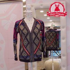 Cardigan multicolor con estampado geométrico. Dale un toque de color a tus looks de otoño/invierno con esta estupenda chaqueta #moda #chaqueta #fashion #retro #almacoqueta #leonesp #otoño #invierno #estampado #rombos #cardigan #morado #rosa #naranja #multicolor