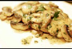 pechugas de pollo sin piel Una taza de harina Aceite de oliva 50 cl de vino blanco 50 cl de caldo de pollo 250 gr de champiñones 2 cucharadas de mantequilla Sal 2 cucharadas de perejil Salpimienta las pechugas por ambos lados.  Pon a calentar un poco de aceite de oliva en una sartén, enharina las pechugas y cocínalas. Retira las pechugas de pollo, colócalas en un plato y cúbrelas con papel aluminio para mantener el calor mientras que preparamos la salsa. Pica los champiñones. En la misma…