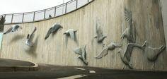 Sous un pont de la ville de Riccione en Italie, le street-artiste Eron, originaire de Bologne, a composé cette incroyable fresque où des mouettes et des hérons s'envolent de manière poétique. L'incroyable technique de l'artiste donne une superbe illusion de reliefs à ces volatiles, comme s'ils étaient réels.