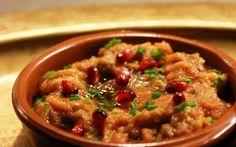 Libanese keuken: Muhammara. Muhammara is een gezonde paprikadip uit het Midden-Oosten. Deze dip wordt ook wel verrassend genoemd omdat het zowel zoet, als zuur, pittig én zout van smaak is.