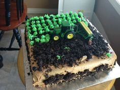 A really simple farm cake that looks great!  Now, this would work for a farmer's wedding!  :D