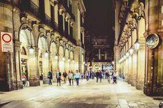 Plaça Reial Barcelona  Más  de  en  http://ift.tt/2lkMASW  #vidacallejerafotos #travelAwesome  #travel #gente #plaçareial #plaza #real #people #calle #barcelona #bcn #travel #streetbarcelona #streetphotography #urban #arquitectura #architecture #sergiobejar  #picoftheday #thebarcelonist #loves_barcelona #igers #tourism