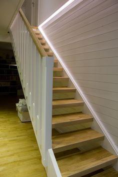 Renoverad trappa med vita sidor och ekparkettgolv + planhyvlad ek.