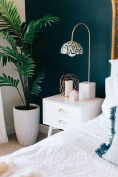 chambre-bleu-canard-blanc-palmier-pot-chevet-blanc-lampes-chics