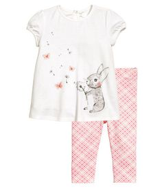 White/rabbit. Set with a dress and leggings in soft cotton jersey. Dress with printed motif at front, short puff sleeves, and opening at back of neck with