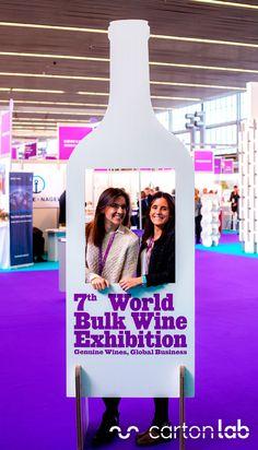 Photocall personalizado con forma de botella para congreso de vino. Diseñado por Cartonlab. Custom photocall with wine bottle shape for Wine Congress. Designed by Cartonlab.